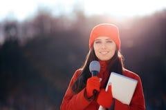 Repórter Broadcasting Outdoors da tevê do inverno na neve fotografia de stock royalty free