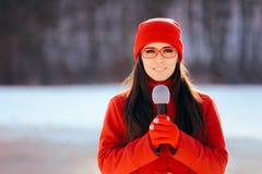 Repórter Broadcasting Outdoors da tevê do inverno na neve fotos de stock