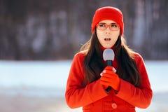 Repórter Broadcasting Outdoors da tevê do inverno na neve imagens de stock