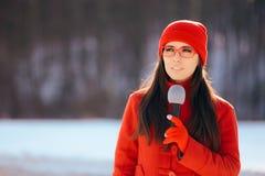 Repórter Broadcasting Outdoors da tevê do inverno na neve imagem de stock royalty free