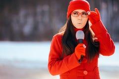 Repórter Broadcasting Outdoors da tevê do inverno na neve foto de stock