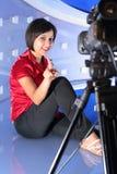 Repórter da tevê no estúdio Fotografia de Stock Royalty Free