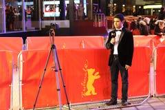 Repórter da tevê no trabalho fora do Berlinale Palast fotografia de stock