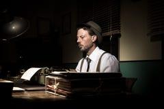 Repórter do vintage que trabalha tarde na noite imagem de stock royalty free