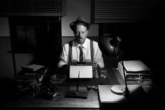 Repórter do vintage que trabalha tarde na noite imagens de stock