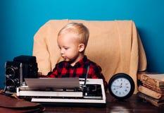 Repórter dos mass media no trabalho no escritório O journalista pequeno prepara a imprensa e a publicação dos meios foto de stock