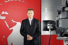 Repórter e câmara de vídeo do telejornal imagem de stock