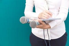 Repórter fêmea ou journalista na conferência de imprensa, escrevendo notas imagem de stock royalty free