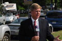 Repórter para o canal de notícias 8 da tevê imagens de stock royalty free
