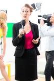 Repórter que modera uma entrevista imagens de stock