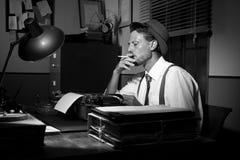 Repórter retro que trabalha tarde e que fuma Foto de Stock Royalty Free