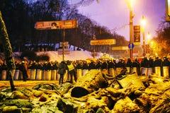 Repórteres da BBC na frente da polícia de motim em Kiev Fotos de Stock