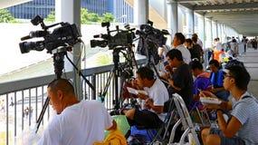 Repórteres em admiralty, Hong Kong do canal de televisão fotografia de stock