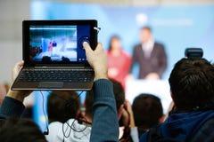 Repórteres que tomam a foto e o vídeo imagem de stock royalty free