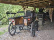 República Checa, Benice 18 de mayo de 2018: Carros del viejo estilo del vintage en el granero, carro conducido caballo foto de archivo