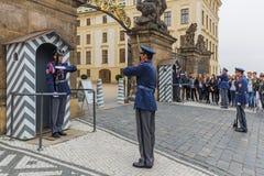 República Checa de Praga - 19 de octubre de 2017: Cambio de los guardias Fotografía de archivo