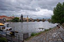 República Checa El barco en el río de Moldava en el fondo de Charles Bridge en Praga 17 de junio de 2016 Imágenes de archivo libres de regalías
