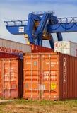 REPÚBLICA CHECA, NYRANY, EL 27 DE ABRIL DE 2015: Terminal de contenedores de Nyrany Envases industriales del cargamento de la grú Imágenes de archivo libres de regalías