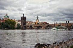 República checa O barco no rio de Vltava no fundo de Charles Bridge em Praga 17 de junho de 2016 Imagens de Stock