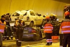 REPÚBLICA CHECA, PLZEN, EL 30 DE SEPTIEMBRE DE 2015: Equipo de rescate que trabaja en un choque de coche Foto de archivo libre de regalías