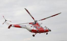 REPÚBLICA CHECA, PLZEN, EL 30 DE SEPTIEMBRE DE 2015: Helicóptero checo del rescate en la acción Imágenes de archivo libres de regalías