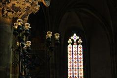 República Checa, Praga - 21 de septiembre de 2017: Soporte antiguo de la vela del vintage en iglesia cathollic Imagen de archivo libre de regalías