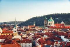 República Checa, Praga - iglesia del Saint Nicolas y tejados del Le Imagenes de archivo