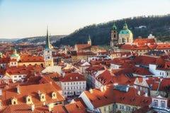 República Checa, Praga - iglesia del Saint Nicolas y tejados del Le Fotos de archivo