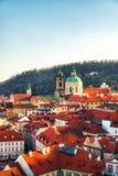República Checa, Praga - iglesia del Saint Nicolas y tejados del Le Foto de archivo