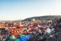 República Checa, Praga - iglesia del Saint Nicolas y tejados del Le Imagen de archivo