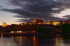 República Checa, Praga, opinião da noite no castelo de Hradcany Castelo e rio belamente iluminados de Vltava no primeiro plano Foto de Stock