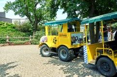 República Checa praga Parque zoológico de Praga Tren amarillo 12 de junio de 2016 Foto de archivo libre de regalías