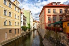 República Checa, Praga, rio de Certovka, o canal do diabo, igualmente chamou Pequeno Praga Veneza entre a ilha de Kampa e o Mala imagem de stock