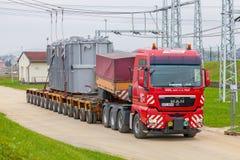 REPÚBLICA CHECA, PRESTICE, O 11 DE NOVEMBRO DE 2014: Transporte de cargas pesadas, desproporcionados e de maquinaria de construçã Foto de Stock Royalty Free