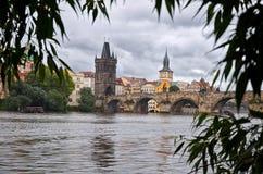 República Checa Río Moldava y Charles Bridge en Praga 17 de junio de 2016 Foto de archivo