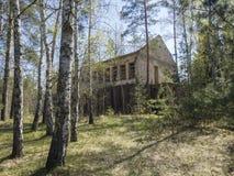 República Checa, Ralsko, el 26 de abril de 2019: Construcción de viviendas arruinada abandonada en la gama de entrenamiento milit imagen de archivo