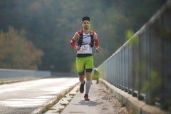 REPÚBLICA CHECA, SLAPY, em outubro de 2018: Os maníacos da fuga correm a competição Homem novo de corrida na ponte no luminoso fotografia de stock royalty free