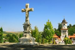República de Moldova, monastério de Curchi, cruz de pedra Imagens de Stock