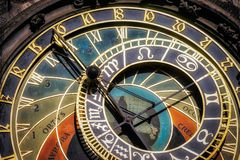 REPÚBLICA DE PRAGUE/CZECH - 24 DE SEPTIEMBRE: Reloj astronómico en Fotos de archivo libres de regalías