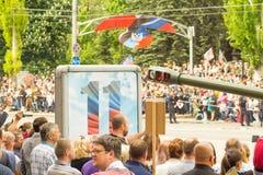 República popular de DONETSK, Donetsk 9 de mayo de 2018: Cañones soviéticos de la artillería con las pistas en la calle principal Imagenes de archivo
