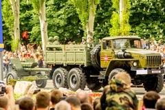 República popular de DONETSK, Donetsk 9 de mayo de 2018: Cañones soviéticos de la artillería con las pistas en la calle principal Foto de archivo libre de regalías