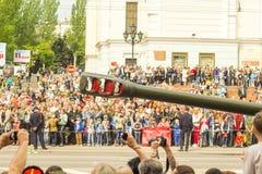 República popular de DONETSK, Donetsk 9 de mayo de 2018: Cañones soviéticos de la artillería con las pistas en la calle principal Imagen de archivo libre de regalías