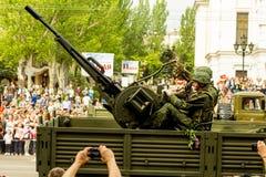 República popular de DONETSK, Donetsk 9 de mayo de 2018: Pista antiaérea soviética del arma con los artilleros en la calle princi Imagen de archivo