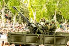 República popular de DONETSK, Donetsk 9 de mayo de 2018: Pista antiaérea soviética del arma con los artilleros en la calle princi Fotografía de archivo