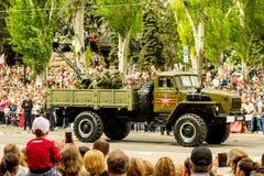 República popular de DONETSK, Donetsk 9 de mayo de 2018: Pista antiaérea soviética del arma con los artilleros en la calle princi Fotografía de archivo libre de regalías