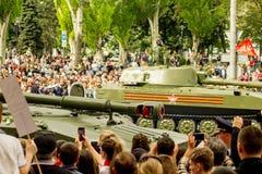República popular de DONETSK, Donetsk 9 de mayo de 2018: ` Soviético de Akaciya del ` del sistema de la artillería en la calle pr Imagen de archivo libre de regalías
