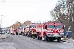 Rep 28-ое января Prostejov чехословакский - несколько тележек firefighting стоя на дороге во время действия бой настоящего огня Стоковые Фото