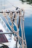 Rep band en fälla som hänger på staketyachten Arkivfoto