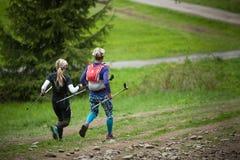 Rep?blica Checa, Beskydy: Maio de 2019 Maratona do c?u de Perun Mulheres que correm para baixo do monte de Javorovy foto de stock
