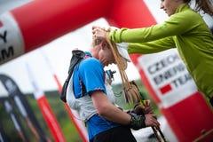 Rep?blica Checa, Beskydy: Maio de 2019 Maratona do c?u de Perun O corredor no meta recebe uma medalha imagens de stock